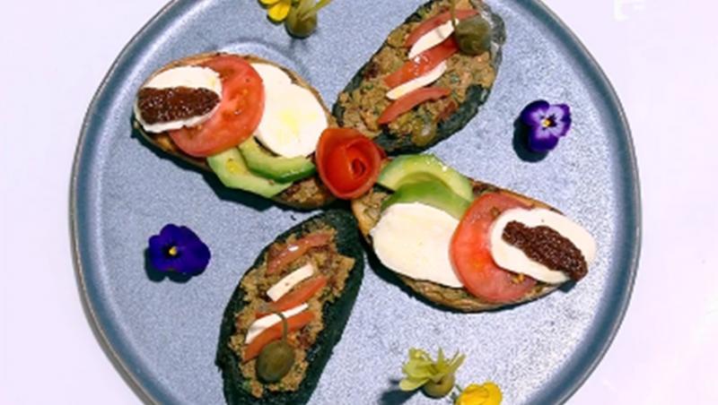 Platou cu două feluri de bruschete cu pastă de măsline și salată caprese