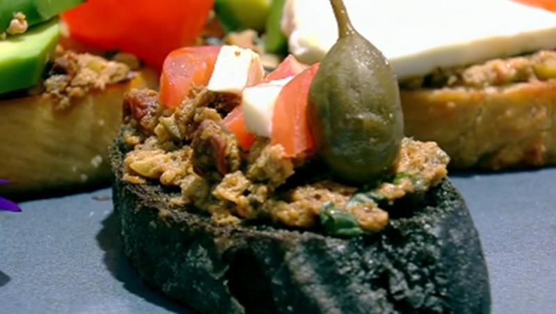 Bruschete cu pastă de măsline și salată caprese cu avocado