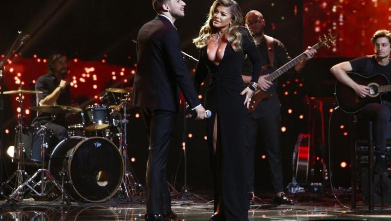 Loredana Groza, la Finala X Factor 2020, purtând o rochie neagră, alături de Adrian Petrache