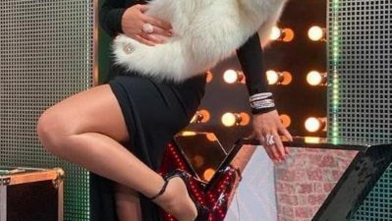 Loredana Groza într-o rochie neagră, decoltată, la X Factor 2020