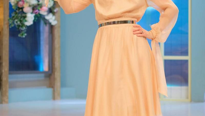Simona Gherghe, în platoul emisiunii Mireasa, într-o rochie albă