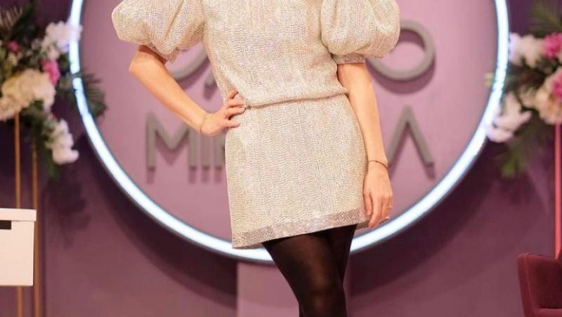 Simona Gherghe, în platoul emisiunii Mireasa, într-o rochie albă, cu dresuri negre