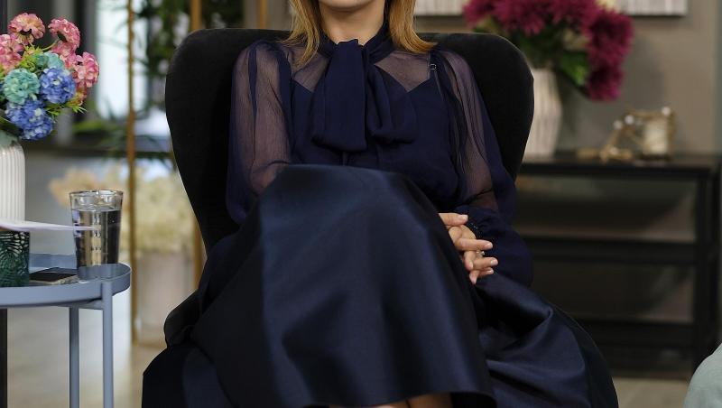 Simona Gherghe, în platoul emisiunii Mireasa, , într-o rochie neagră