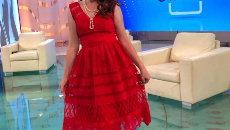 Vulpița Veronica Stegaru, într-o rochie roșie, la Acces Direct