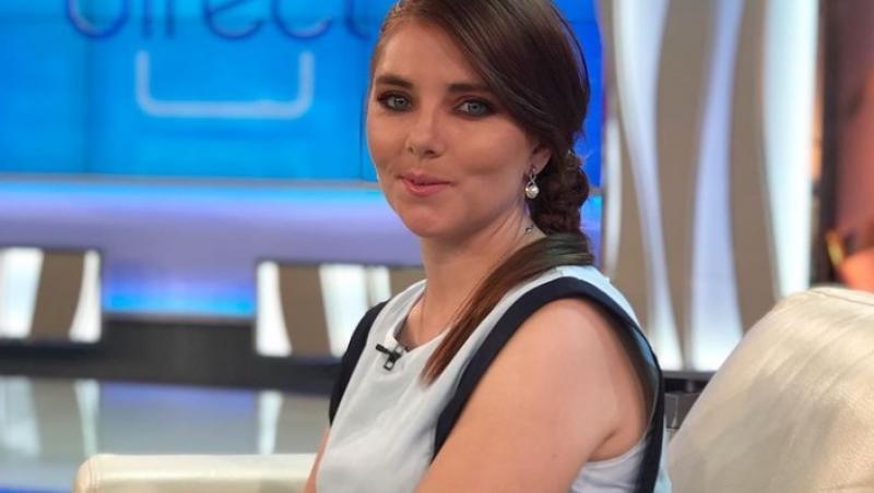 Vulpița Veronica Stegaru, stând pe canapea, la Acces Direct