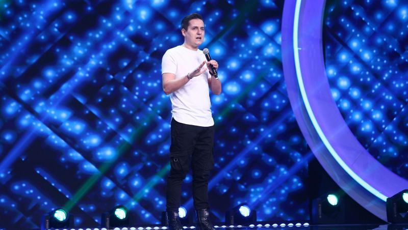George Tănase, într-un tricou alb, pe scena iUmor