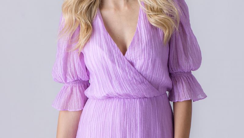 Andreea Ibacka, într-o rochie violet