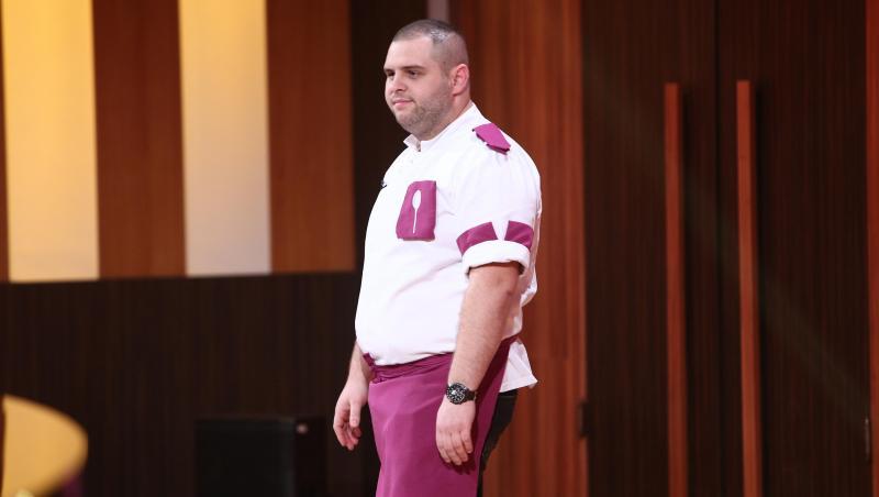 Alexandru Bădițoaia, purtând uniforma echipei mov, la eliminarea de la Chefi la cuțite
