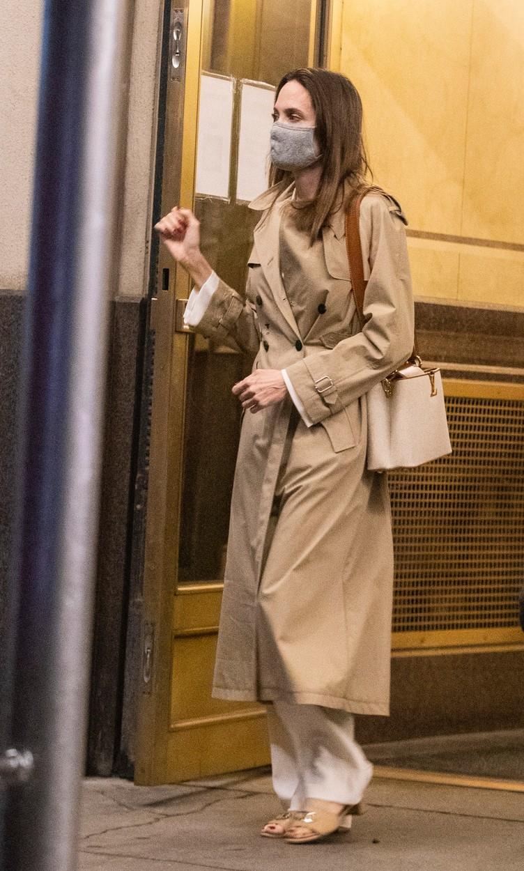 Angelina Jolie, lângă clădirea în care locuiește Jonny Lee Miller, fostul ei soț