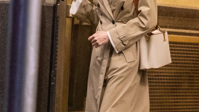 Angelina Jolie a fost văzută recent intrând în clădirea în care locuiește fostul ei soț, Jonny Lee Miller