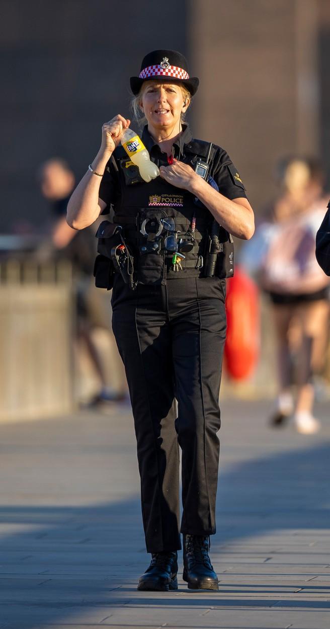 Penny Lancaster, soția superstarului Rod Stewart, îmbrăcată în uniforma de poliție pe străzile din Londra