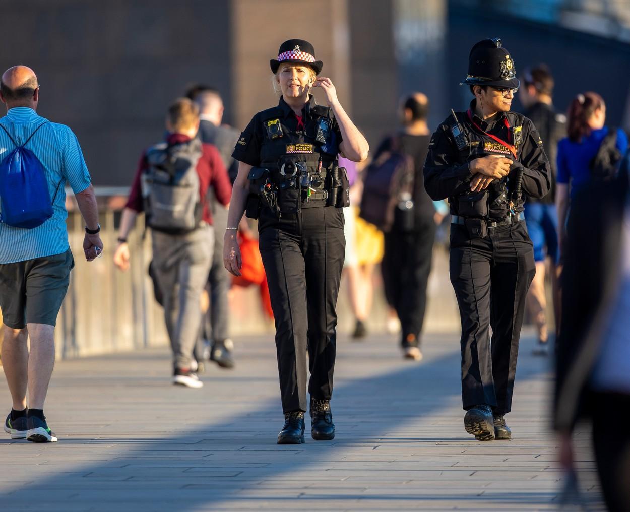Penny Lancaster, soția superstarului Rod Stewart, îmbrăcată în uniforma de poliție