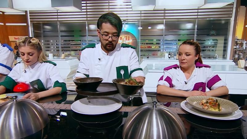 Rikito Watanabe si alti concurenti in bucataria chefi la cutite, sezonul 9, asezand farfuriile pe banda