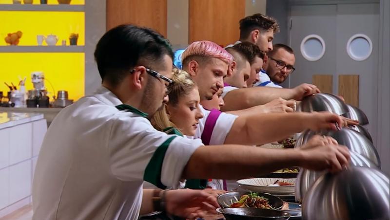 concurenții din semifinala chefi la cutite, punand farfuriile pe banda