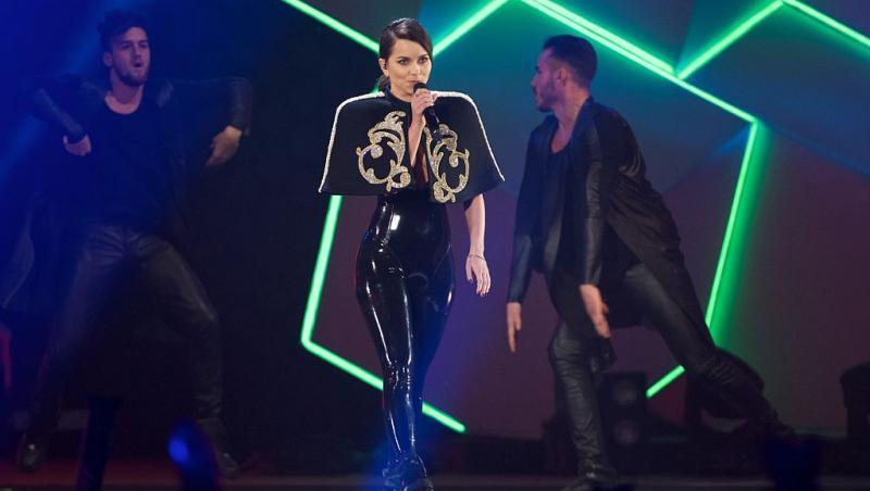 inna, pe scenă, îmbrăcată în negru, cu părul prins