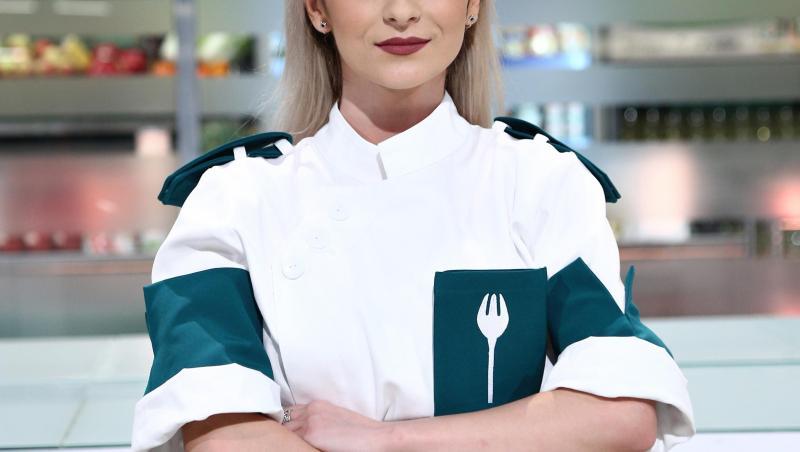 Elena Matei, purtând uniforma echipei verzi, la Chefi la cuțite