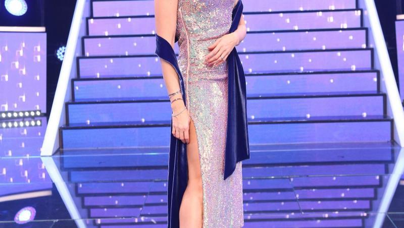 Alina Pușcaș, într-o rochie argintite și o perucă roz