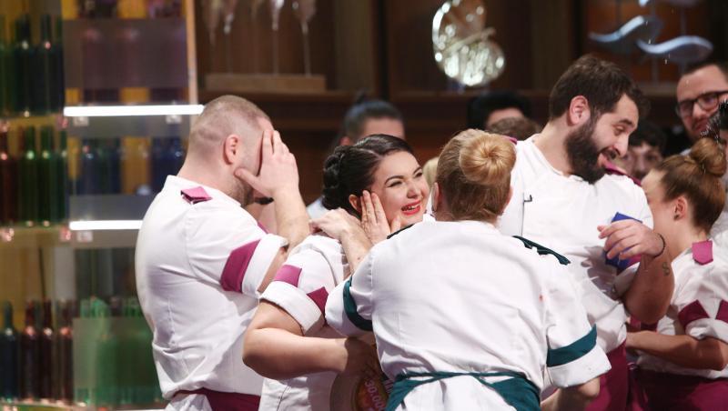Narcisa Birjaru, bucurându-se, înconjurată de colegi, în momentul în care a fost desemnată câștigătoarea seonului 9 Chefi la cuțite