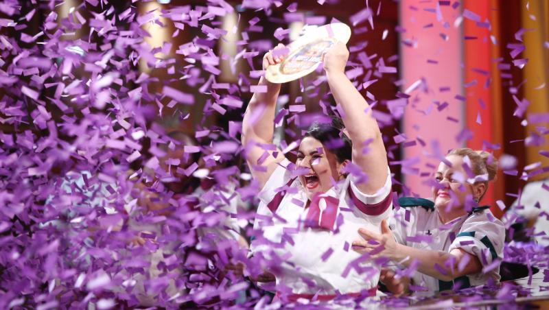 Narcisa Birjaru, bucurându-se, în momentul în care a fost desemnată câștigătoarea seonului 9 Chefi la cuțite