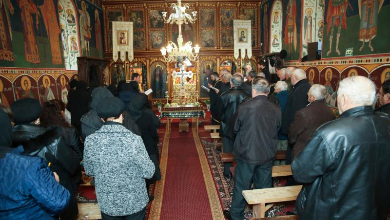 oameni care participa la o slujba in biserica