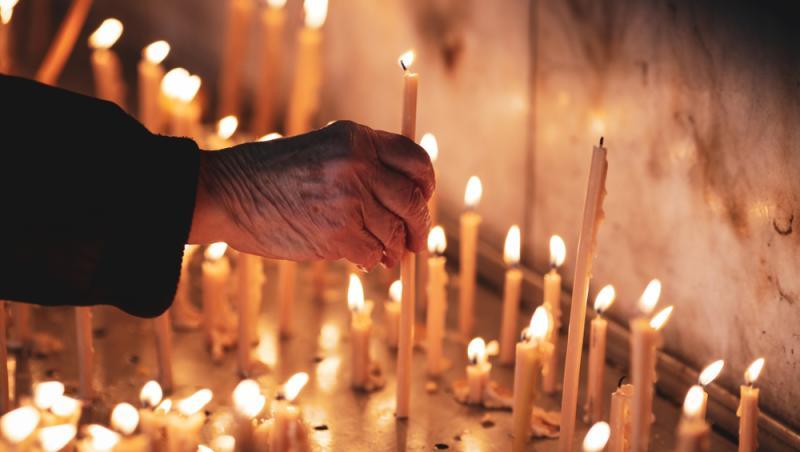 lumanari aprinse de enoriasi la morti si vii in biserica