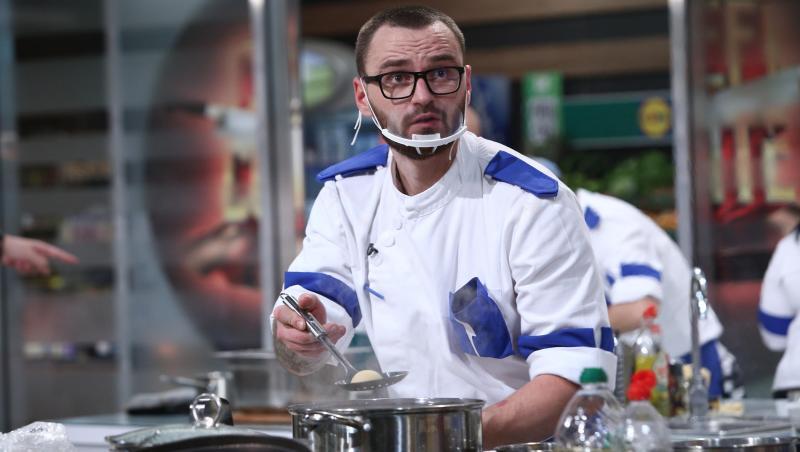 Cătălin Amarandei, purtând uniforma albastră, în platoul Chefi la cuțite
