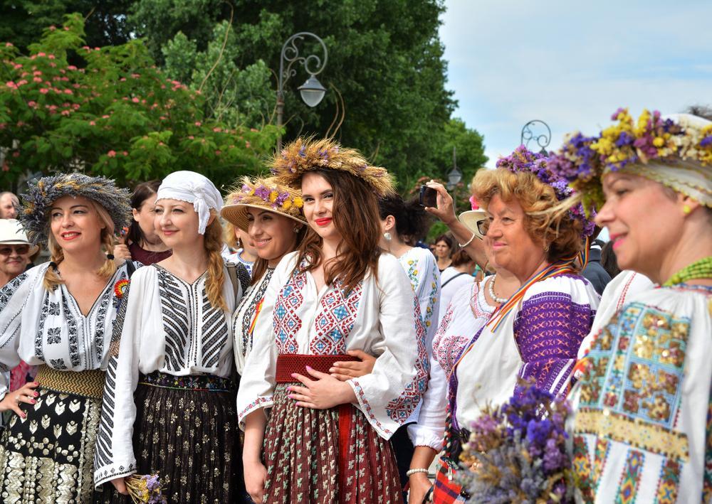 grup de fete din romania care poarta costume populare