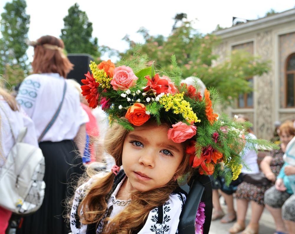 copila in costum popular si coronita cu flori