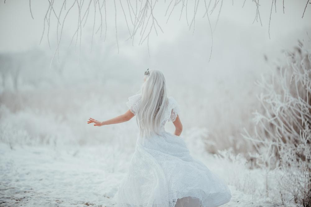 fata imbracata in alb care seamana cu ielele din mitologia romaneasca
