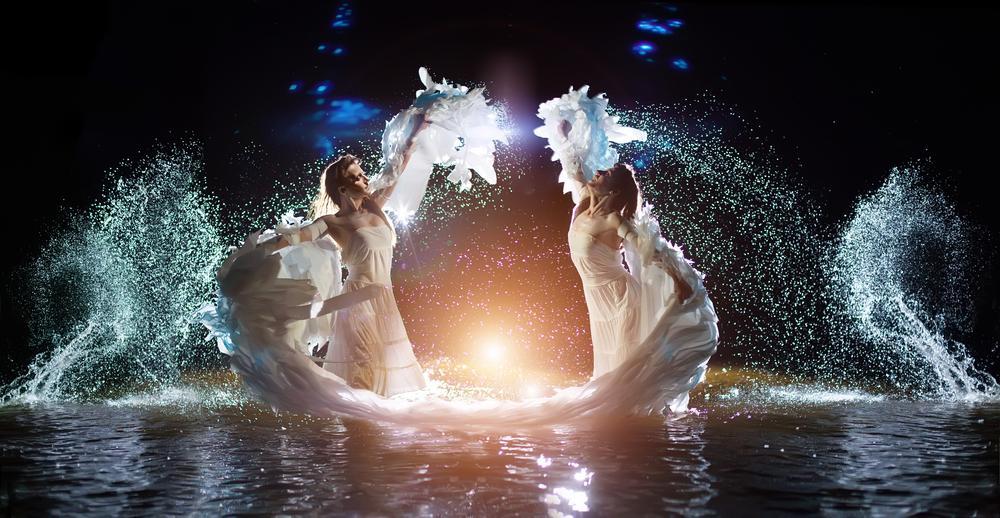 doua femei imbracate in alb care danseaza precum ielele din mitologia românească