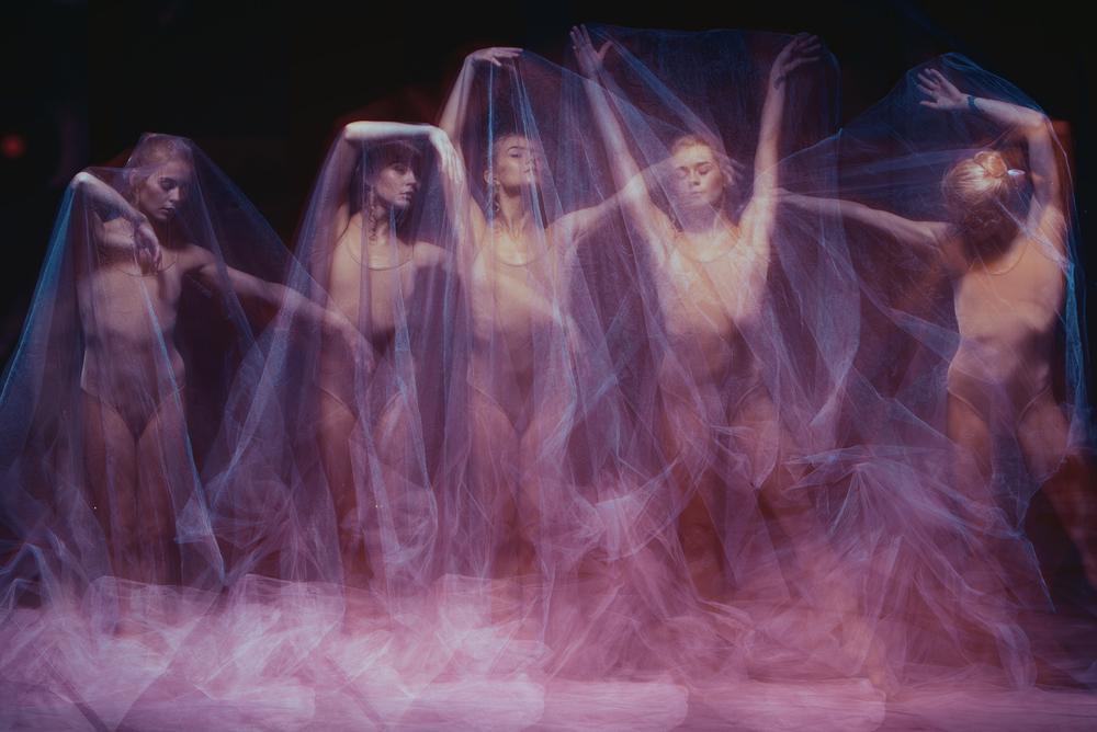 femei care danseaza cu un val transparent ca ielele, zanele rele care pedepsesc oamenii