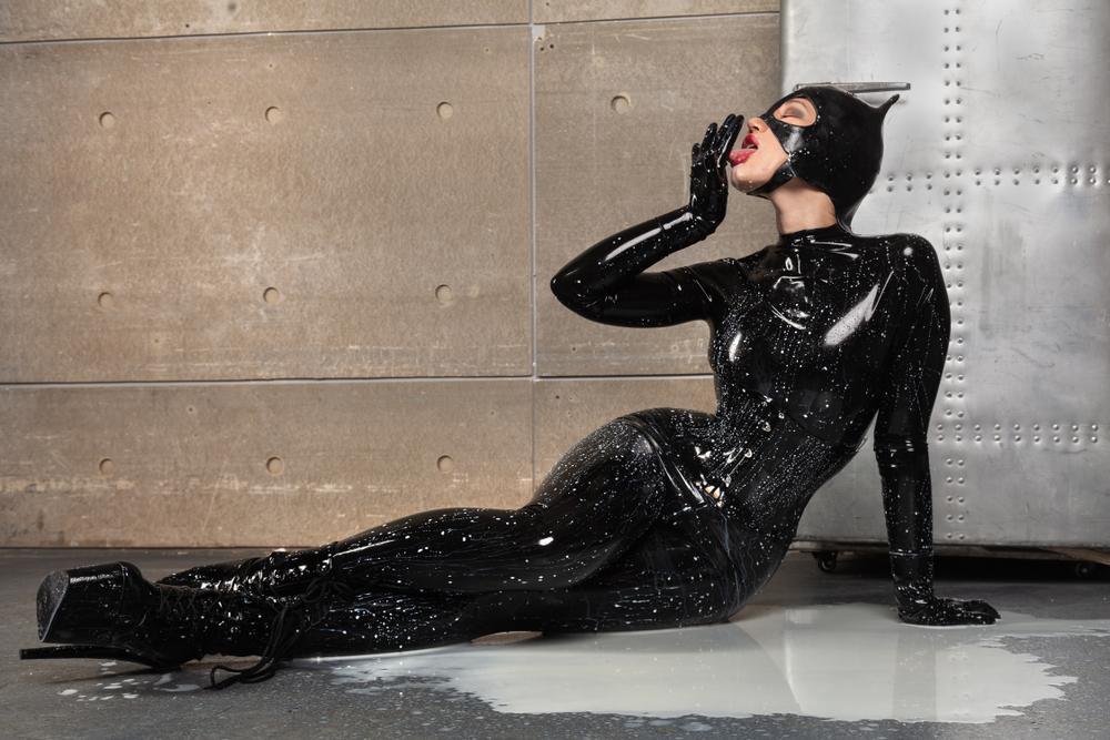 Ashley Sky, femeia care s-a transformat în Catwoman. Tânăra a investit peste un milion de dolari ca să devină ca celebrul personaj
