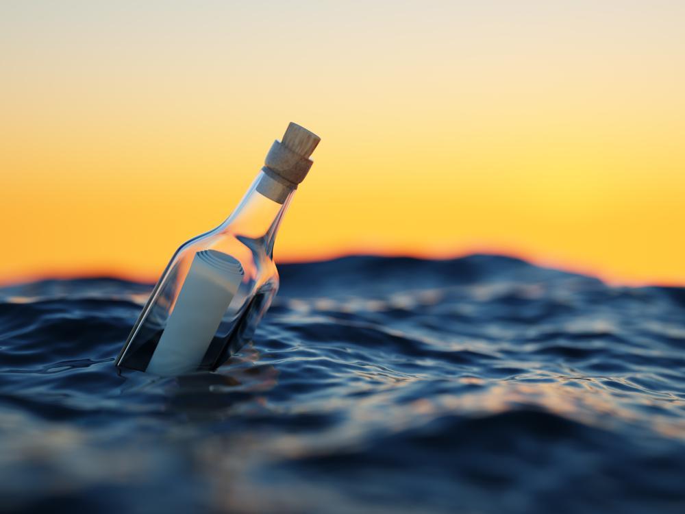 Un mesaj trimis într-o sticlă şi-a găsit destinatar după o călătorie de trei ani pe ocean. Ce scria în el