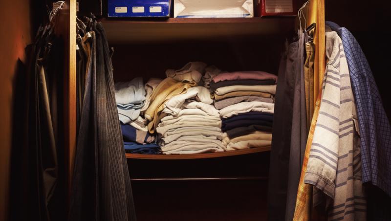 imagine cu haine aranjate intr-un dulap
