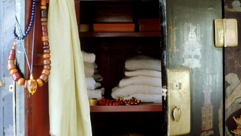 imagine cu un dulap vechi, in care sunt asezate haine