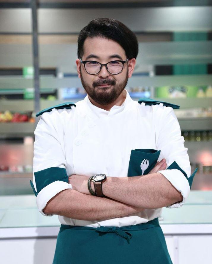 Rikito Watanabe în tunica albă - verde și ochelari