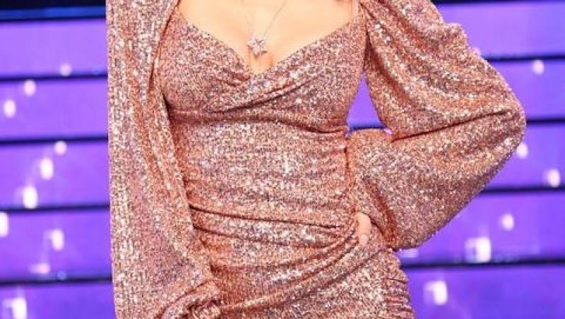 Andreea Bălan pe platoul de filmare al emisiunii Te cunosc de undeva, imbracata intr-o rochie crem, scurtă și din paiete