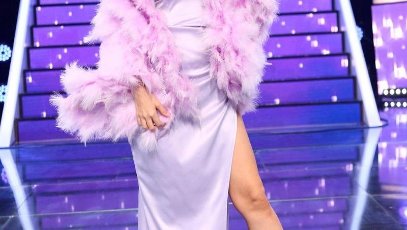 Andreea Bălan pe platoul de filmare al emisiunii Te cunosc de undeva, imbracata intr-o rochie lila și lungă