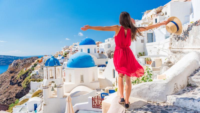 Tânără într-o rochie roșie, în Grecia