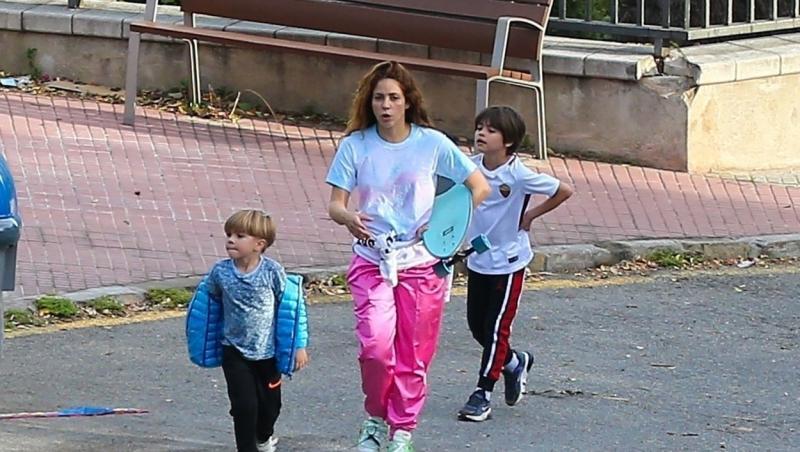 Shakira și copiii ei, fotografiați în Barcelona, pe stradă, în 2020. Sunt îmbrăcați lejer