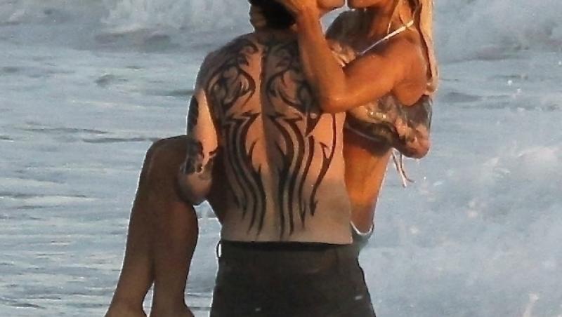 """Lily James și Sebastian Stan au fost surprinși pe plajă în ipostaze fierbinți în timpul fimărilor pentru noul film """"Pam & Tommy"""" în care joacă rolurile Pamelei Anderson și a fostului ei soț, Tommy Lee."""