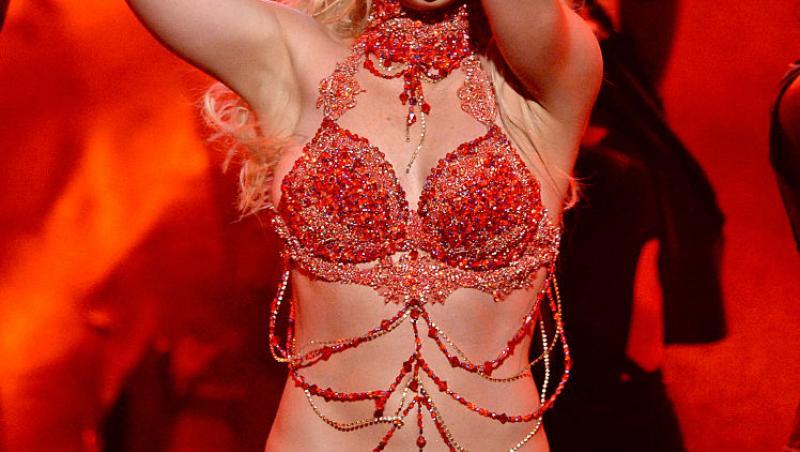 Britney Spears pe scenă în lenjerie roșie