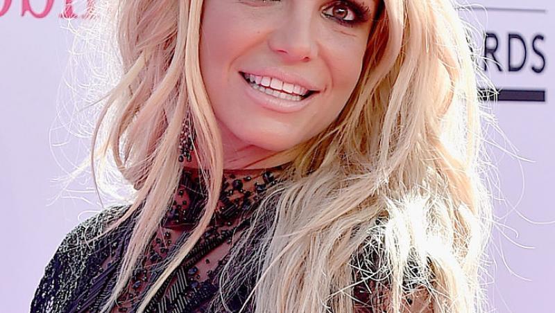 Britney Spears într-o bluză neagră