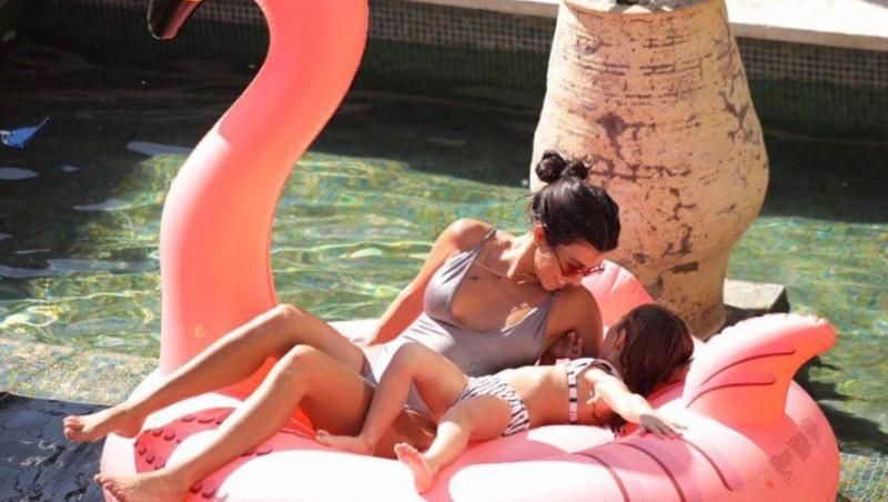 Kourtney Kardashian și fiica ei la piscina