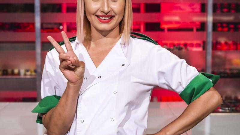 Irina Onescu în tunică albă și verde