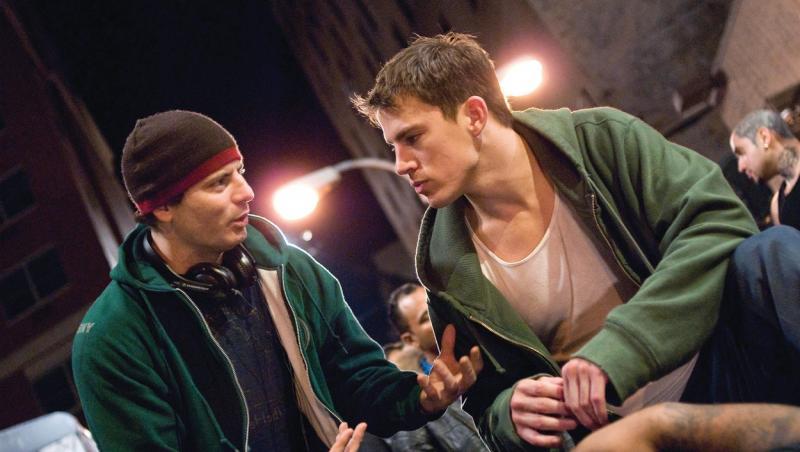 Channing Tatum, îmbrăcat în hanorac, stă de vorbă cu un alt persona - secvență dintr-un film