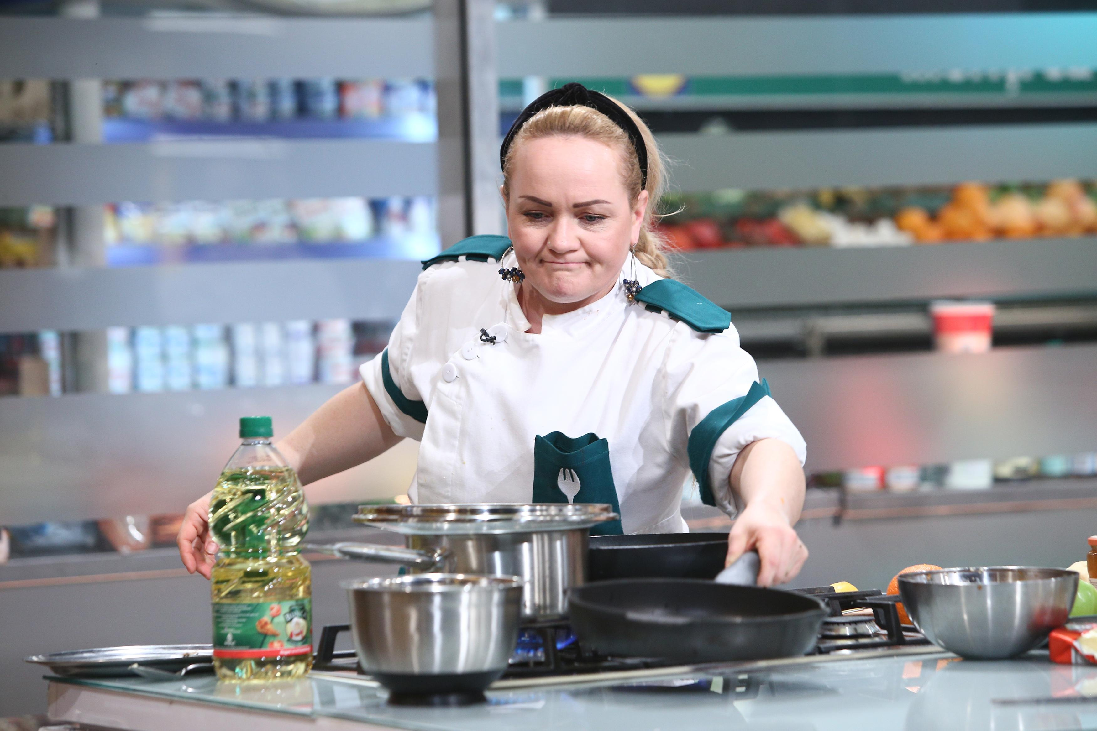 "Victorina Matveev gătind in bucataria emisiunii ""Chefi la cuțite"""
