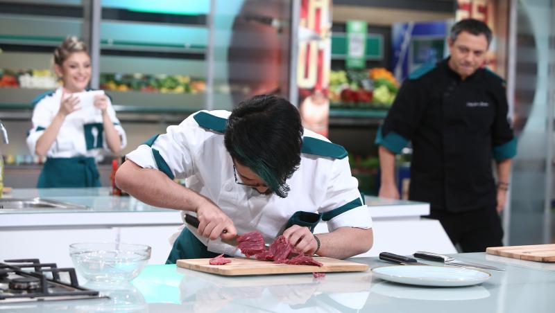 """Rikito Watanabe, Ciprian Antone și Alexandru Bădițoaia s-au întrecut la o mini-probă de îndemânare, în ediția 43 din sezonul 9 """"Chefi la cuțite"""""""