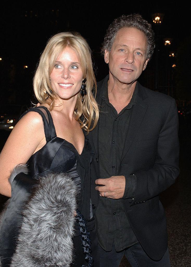 Lindsey Buckingham și soția lui, Kristen Messner. El este îmbrăcat în negru, iar ea, într-o rochie lungă, cu bretele