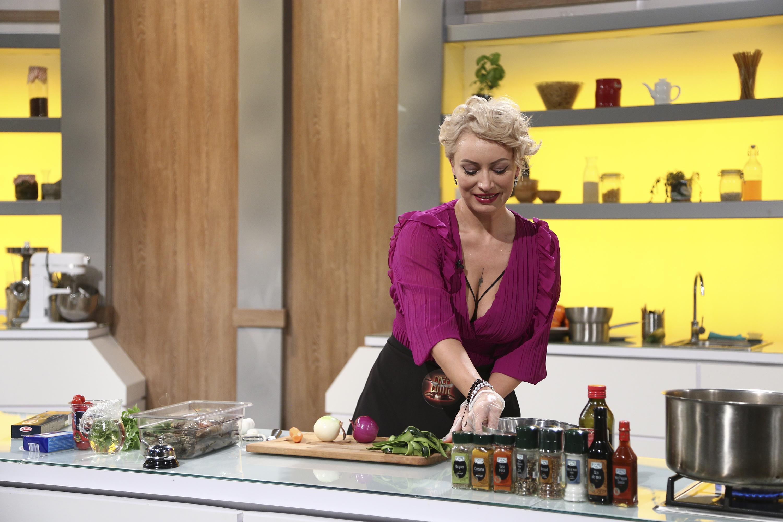 """Nicoleta Pop de la """"Chefi la cuțite"""", cea mai îndrăzneață imagine din dormitor. Cum s-a pozat concurenta lui Scărlătescu"""